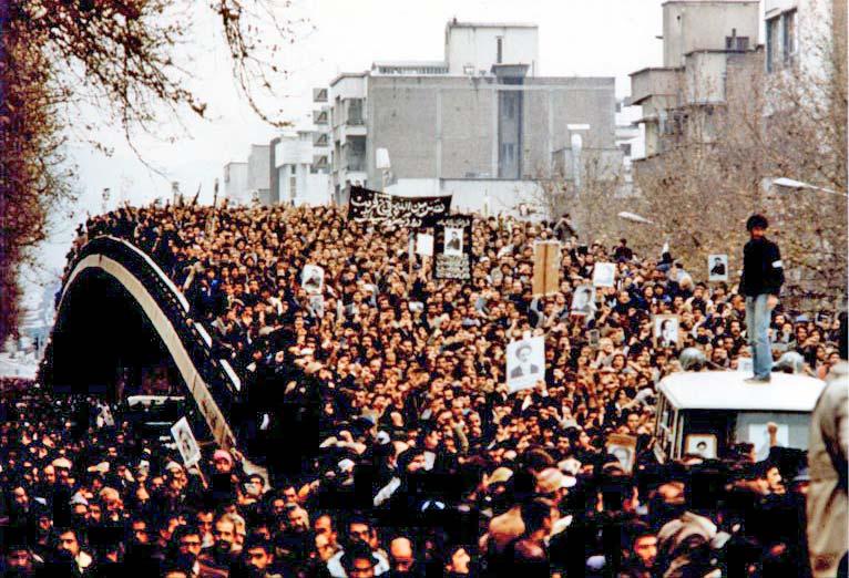 イランの歴史_デモをする人々