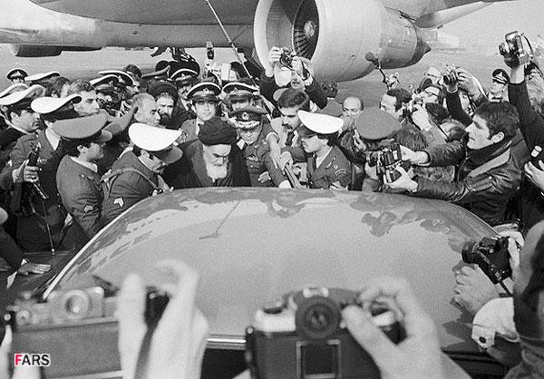 イランの歴史_パリから帰還するホメイニー
